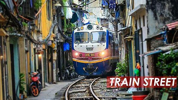 "Watch Photographers & Tourists Flee as Locomotive Barrels Down Narrow ""Train Street"" in Vietnam"