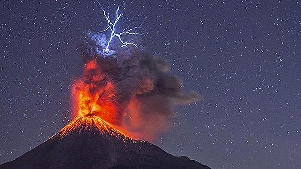 Lightning Meets Lava in These Incredible Images by Nature Photographer Hernando Rivera