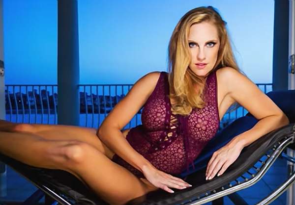 Photographer Lou Freeman Shows You How She Gets Maximum Glamour in Boudoir Photos (VIDEO)
