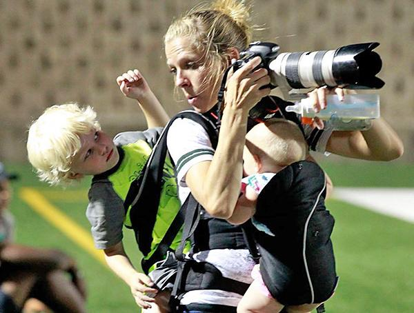You Think Your Job is Tough? This Crazy Photograph of a Multitasking Photo Mom Just Went Viral