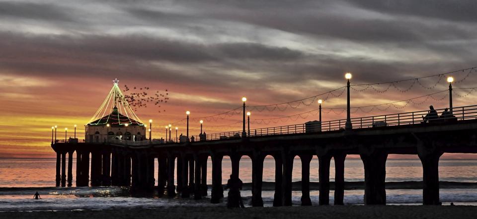 holiday lights on manhattan beach pier shutterbug